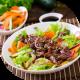 Bunte Salatplatte mit marinierten Filetstreifen